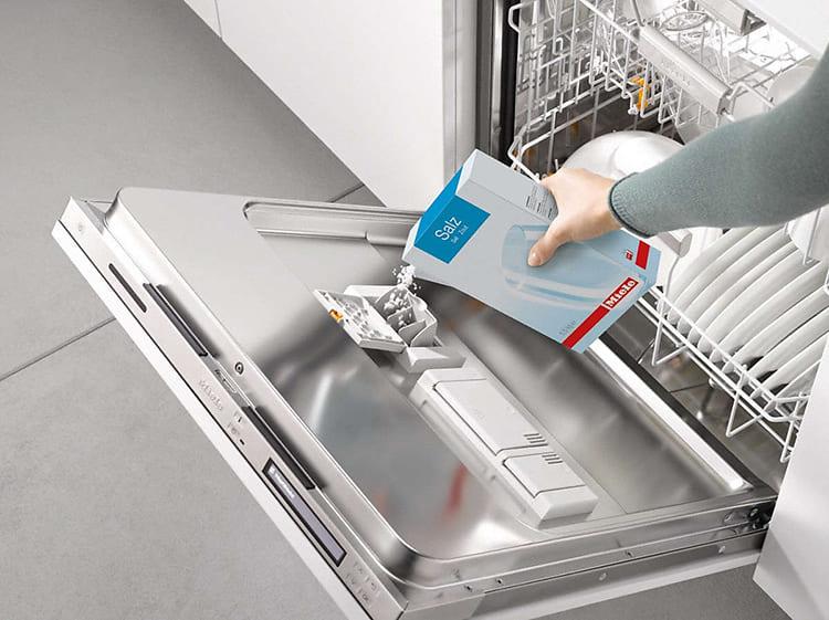 Состав, улучшающий качество мыться посуды в посудомойке