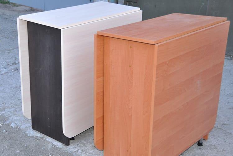 Часто такой стол-книжка отправляется прямиком на свалку – фото возле мусорных контейнеров