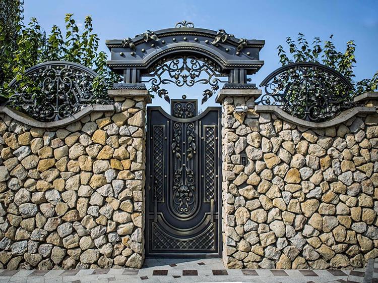 Фото: i.pinimg.com. Первое, что увидят гости при посещении ваших владений – калитка. Удивите их – и не пожалеете.