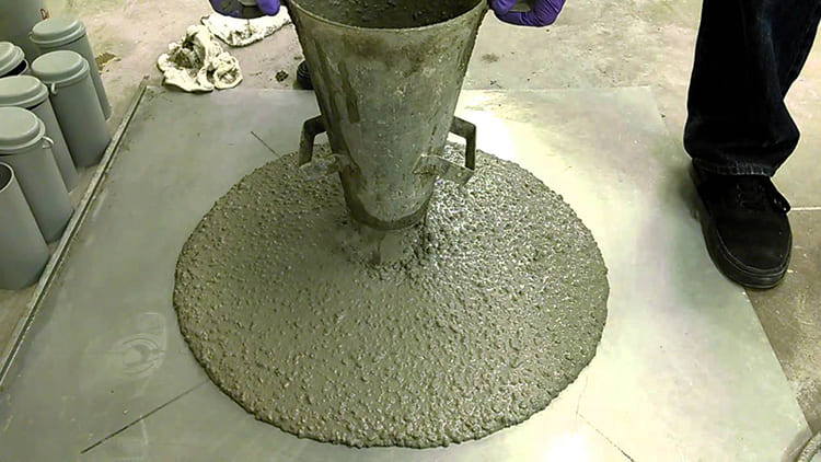 ФОТО: www.i.ytimg.com Введение пластификатора улучшает качество смеси.