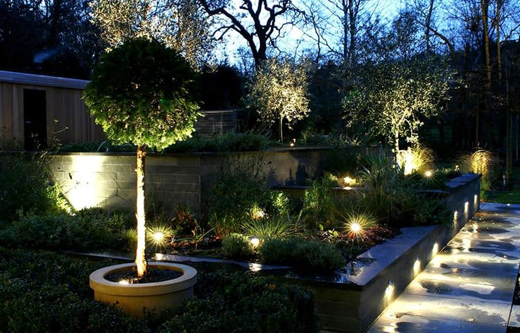 Для красивой подсветки придомовой территории стоит использовать светодиодные уличные светильники ФОТО: houseadvice.ru