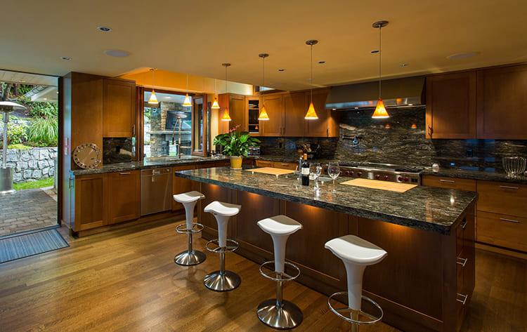 Угловая планировка кухни с барной зоной в загородном доме ФОТО: homeandlivingdecor.com