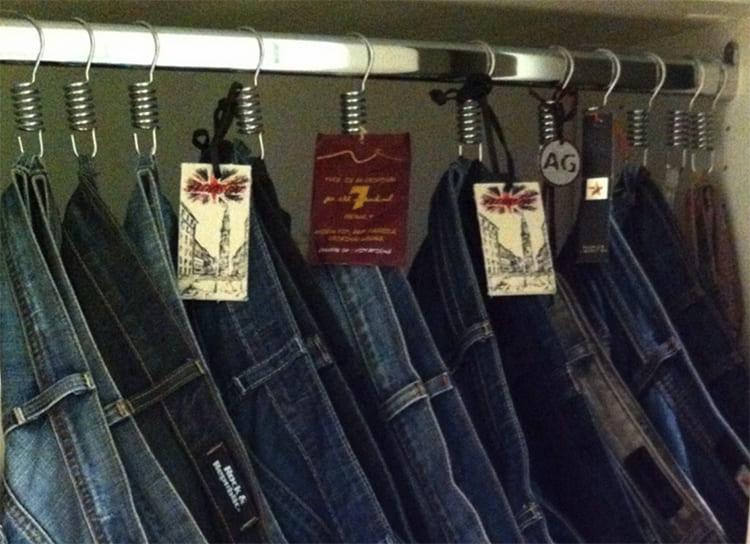 ФОТО: dekorcenneti.com Хранить джинсы в развешенном виде гораздо удобнее, чем в сложенном.