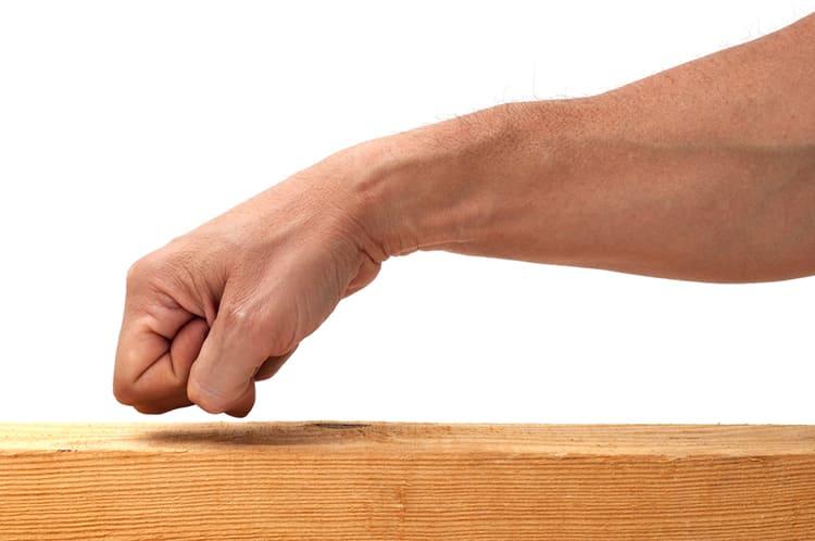 ФОТО: culturizando.com Определить сухость пиломатериала можно по стуку.