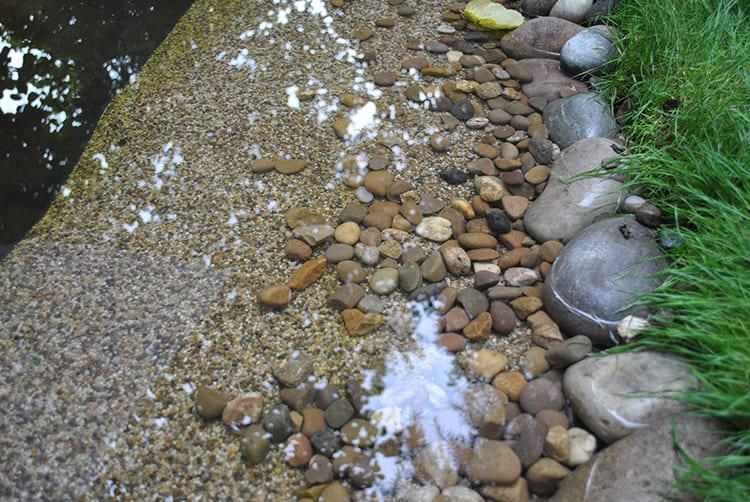 Её укладывают по краю водоёма и опускают в воду примерно на метр