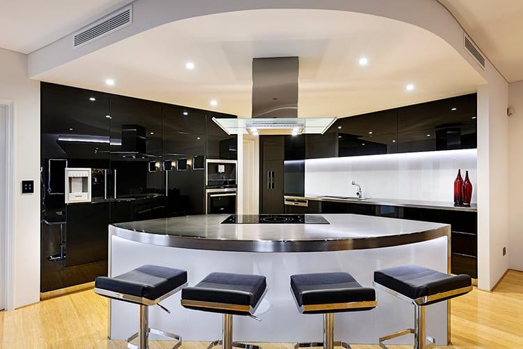 Полукруглый вариант заменяет полноценный обеденный стол ФОТО: residentialattitudes.com.au