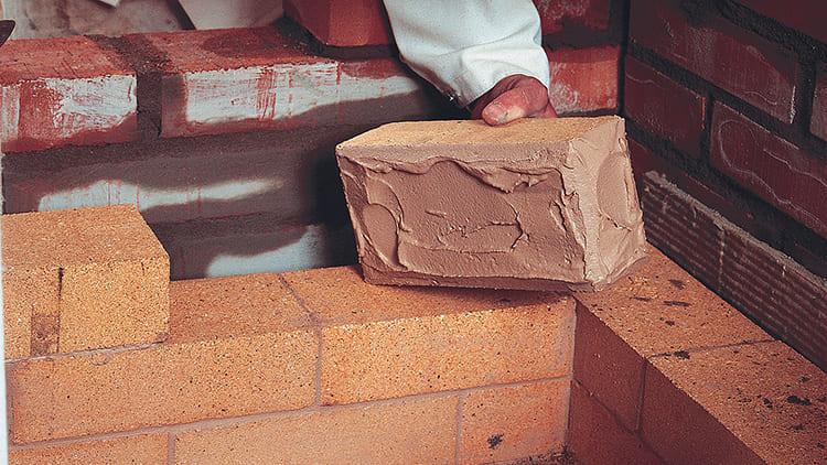 Для такой работы используют смесь молотой огнеупорной глины, шамотного песка, цемента, воды и соли ФОТО: www.rakentaja.fi