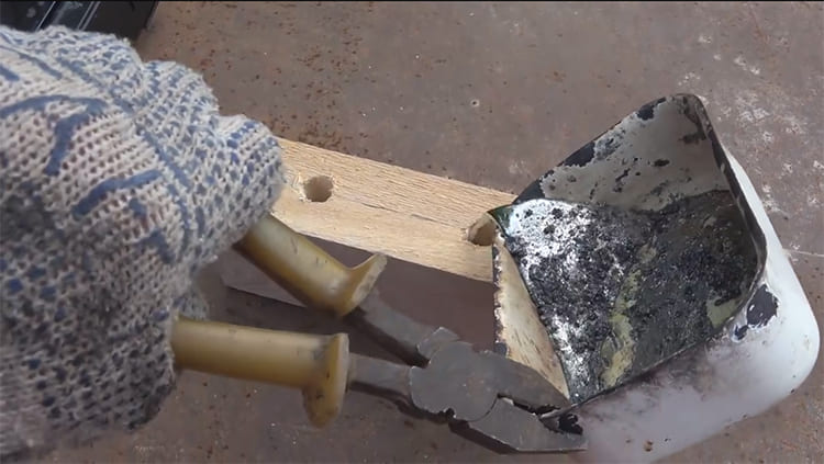 Аккуратно наливаем свинец в формы, соблюдая меры предосторожности