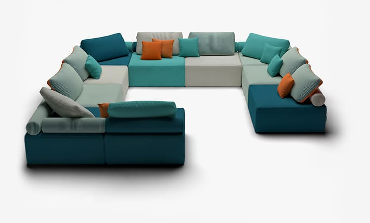 ФОТО: static.tildacdn.com  Если в комнате много разноцветных предметов, лучше всего выбрать однотонный диван, но с яркими подушками.
