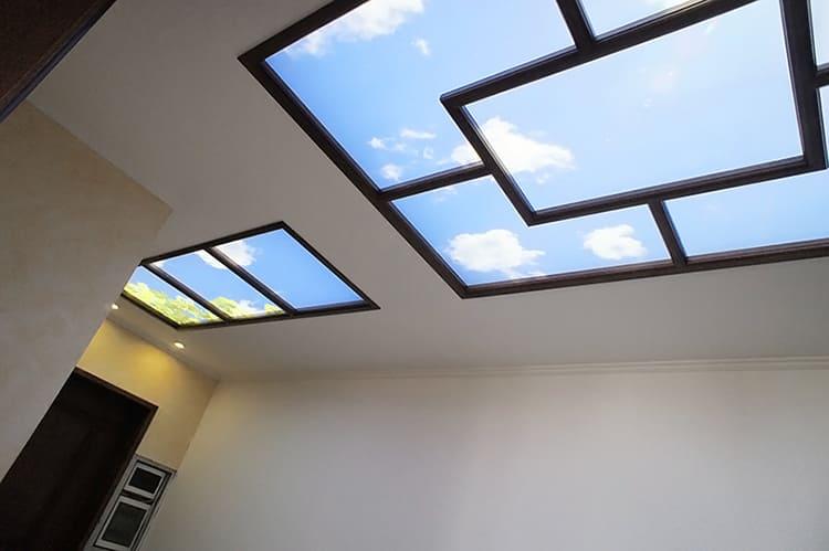 Очень интересное решение – фальшокно в потолке. Его подсвечивают светодиодной лентой, а за акриловым стеклом размещают графическую имитацию неба ФОТО: freshsky.ru