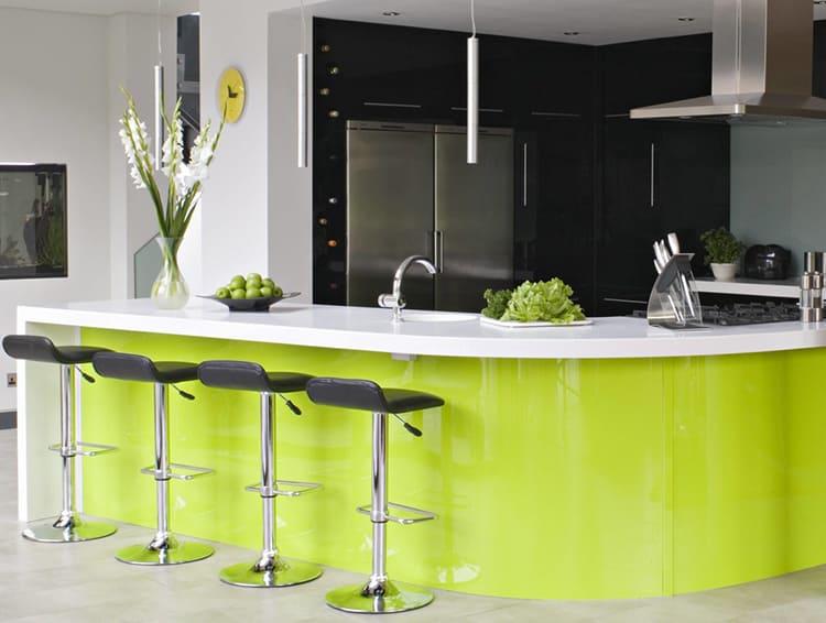 Дизайн на контрасте сделает кухню более оживлённой ФОТО: kitchensinteriors.ru