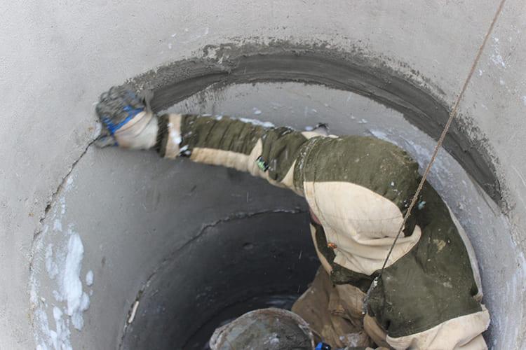 ФОТО: vsevoda.ru Заделка швов выполняется бетонным раствором с определённым содержанием жидкого стекла