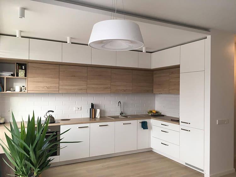 Если речь идёт о кухне, то тут можно повесить шкафчики под потолок, при условии, что они будут с ним одного цвета ФОТО: i.pinimg.com
