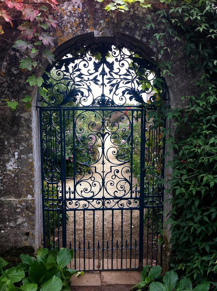 Фото; i.pinimg.com. Особенно впечатляюще смотрятся полностью кованые ажурные калитки на фоне забора из натурального камня.