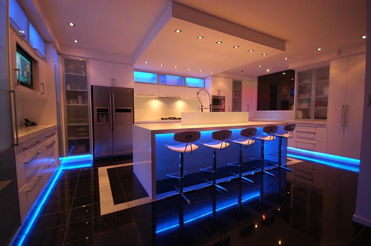 Точечные светильники можно разместить как с внешней стороны, так и с внутренней ФОТО: csi-instalaciones.com