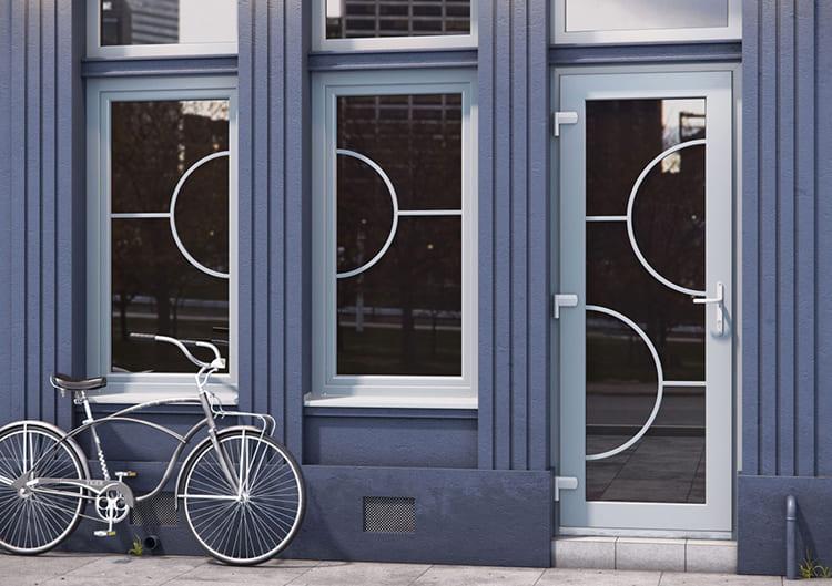 Дверь и окна от Калева. Такие дверные конструкции стоят дорого, но и выглядят безупречно ФОТО: silaokon.ru
