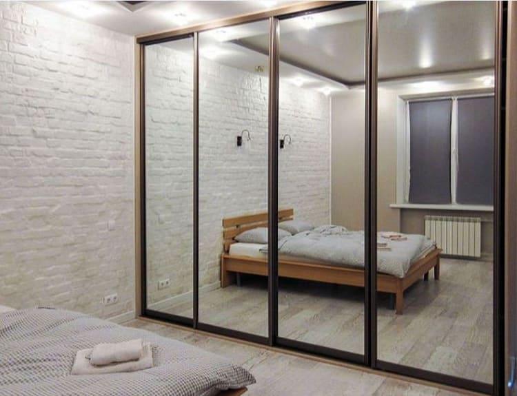 Такие большие зеркала можно использовать в системах хранения: шкафы-купе в таком дизайне очень популярны ФОТО: avatars.mds.yandex.net
