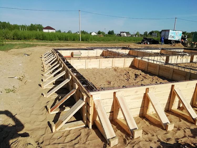 ФОТО: skb44.ru Опалубка монтируется по всему периметру.