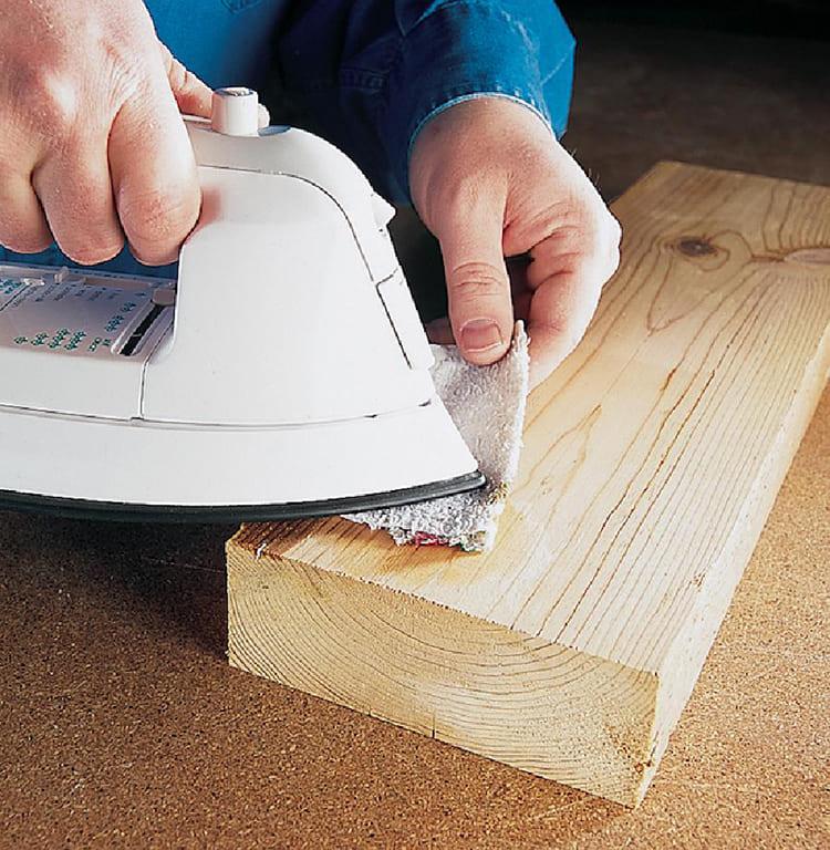 ФОТО: make-self.net Горячий утюг и влажная ткань помогут избавиться от небольших вмятин на древесине.