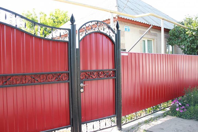 Фото: avatars.mds.yandex.net. Украсить калитку из профнастила тоже можно элементами ковки.
