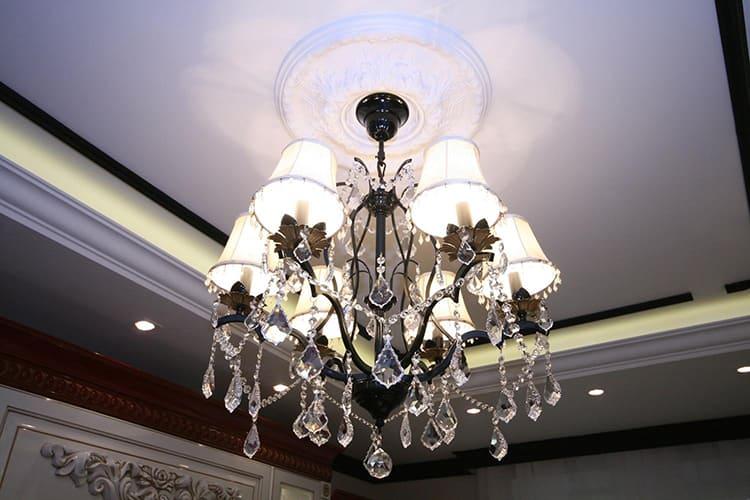 Своим массивным видом этот осветительный прибор будто тянет ваш потолок вниз ФОТО: homeli.ru