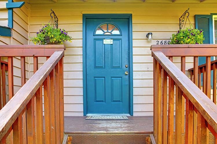 Деревянные входные двери имеют дурную привычку реагировать на погоду ФОТО: imperial-windowsanddoors.com