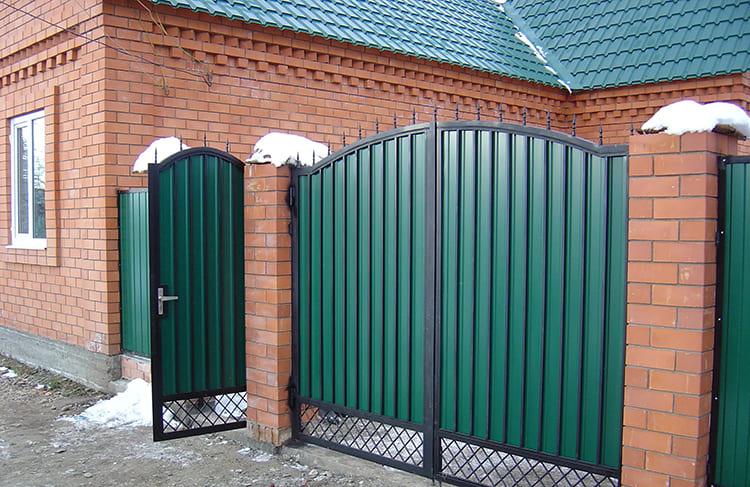 Фото: stroy-podskazka.ru. Часто именно такие калитки повреждаются от порывов ветра и пинка случайного прохожего. Вмятины, даже если их выправить, со временем начнут ржаветь в местах залома.