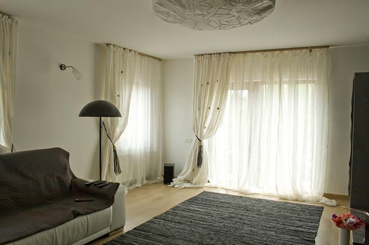 Пусть шторы лягут мягкими складками на пол. Это очень красиво ФОТО: stroy-podskazka.ru