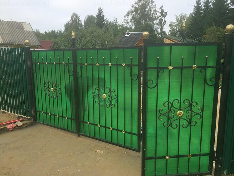 Фото: vrn.zakaz-zabor.ru. Полупрозрачные вставки из поликарбоната смотрятся очень ярко, металлические детали на их фоне выглядят контрастно.