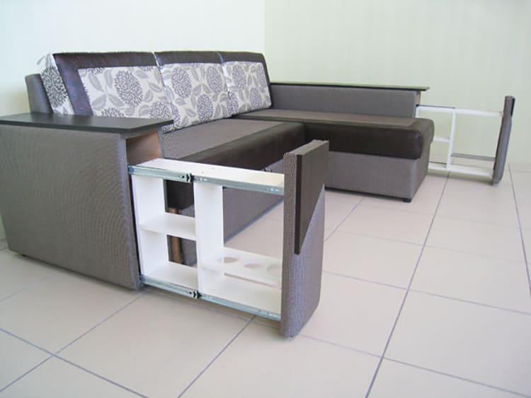 ФОТО: divanmarket.com.ua В боковинах дивана может располагаться бар.