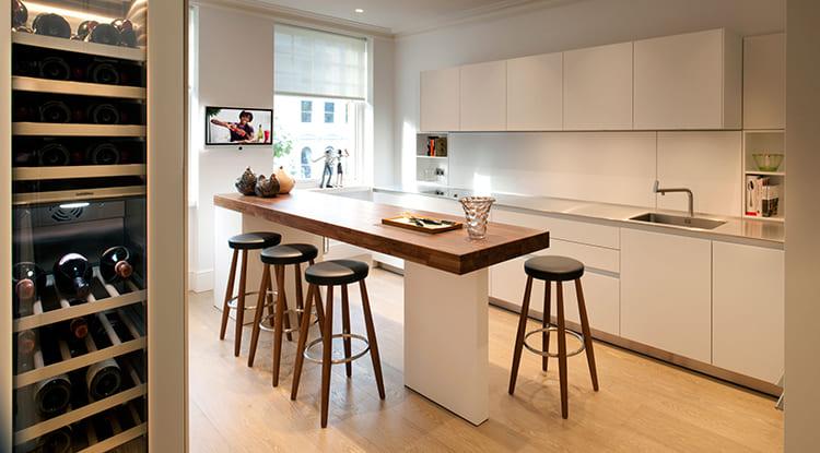 На фоне простоты и ненавязчивости мебельного гарнитура выгодно смотрится барная зона в контрастных тонах ФОТО: tg-studio.co.uk