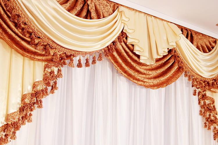 Деление штор на свисающие полотна и ламбрекены визуально работает против низких потолков ФОТО: interiorno.ru