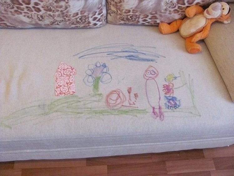 ФОТО: sun6-5.userapi.com Маленький ребенок быстро приведет светлую обивку в негодность.