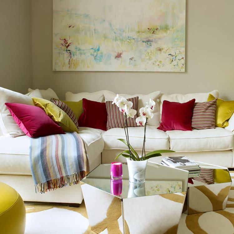 ФОТО:design-remont.info Для светлой мебели стоит выбрать яркие подушки или чехлы к ним.