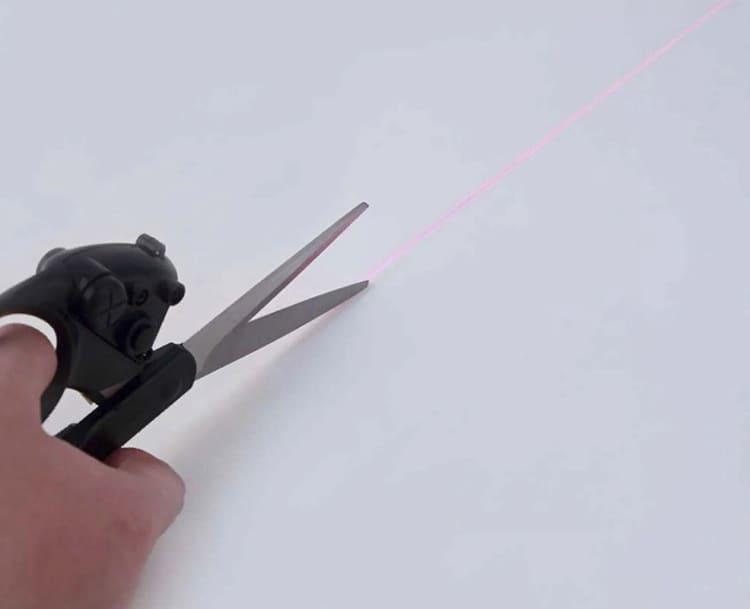 Лазерные ножницы помогут отрезать любые линии, в том числе и по разметке, позволяя ориентироваться по лазерной линии