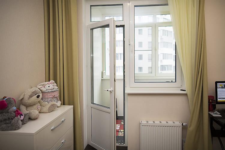 Эти двери давно используют для балконов, и никто никогда не жаловался на то, что они плохо держат тепло или допускают сквозняки ФОТО: oknarf.ru