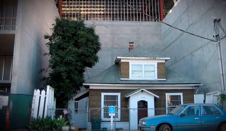 Компания-застройщик предложила ей 1 миллион долларов за переезд и даже нашла похожий домик в другом районе