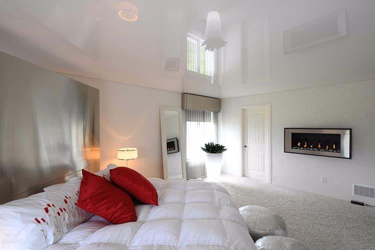 Такие потолки делают комнату буквально наполненной светом ФОТО: prestizh124.ru