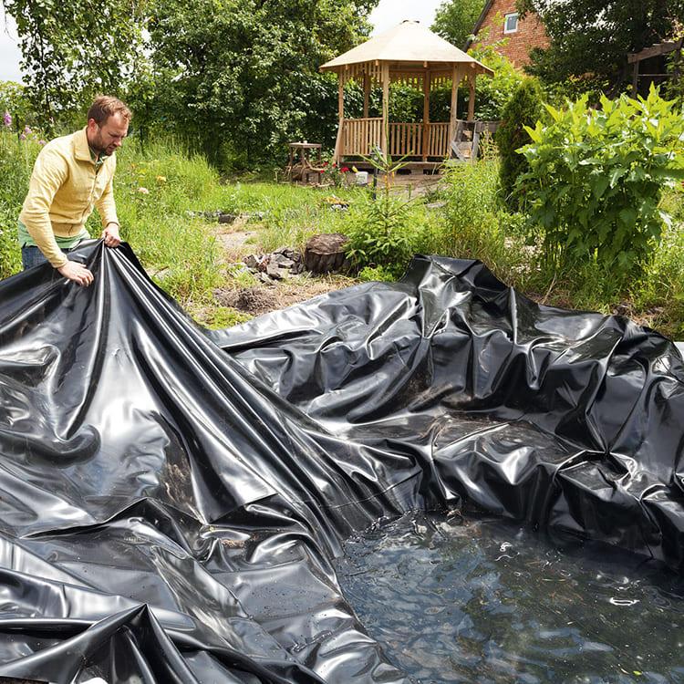 Главное требование к этому материалу – прочность, потому что даже если вы не планируете купаться в пруду, вам придётся время от времени его чистить. В нём будут образовываться водоросли, могут падать камни с берега и атаковать корни близлежащих растений