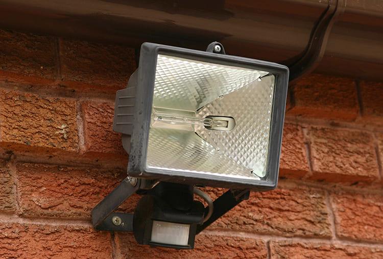 Прожектора могут крепиться в разных местах ФОТО: toplinemullingarhardware.ie