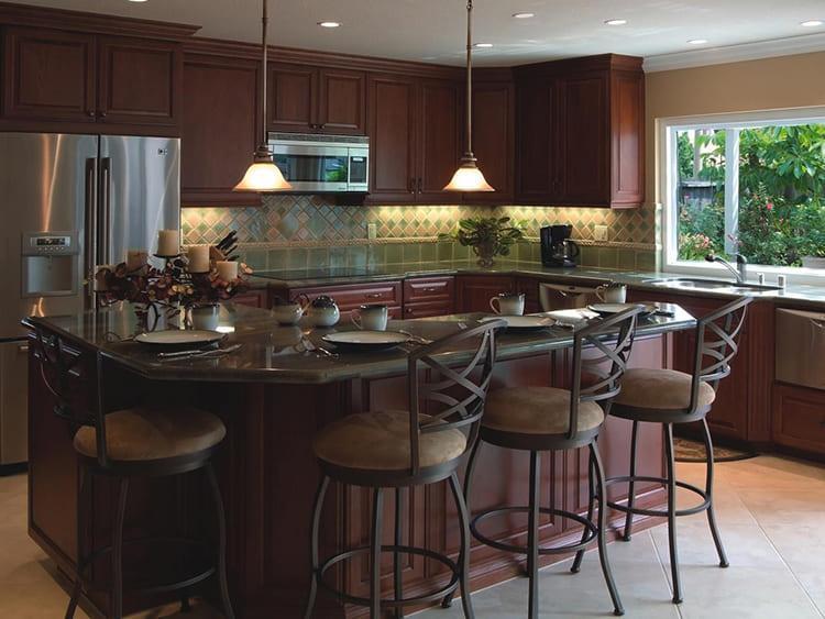 Монументальный островок в центре кухонного пространства объединяет поверхность обеденного стола с местами для хранения ФОТО: twoya-kuhnya.ru