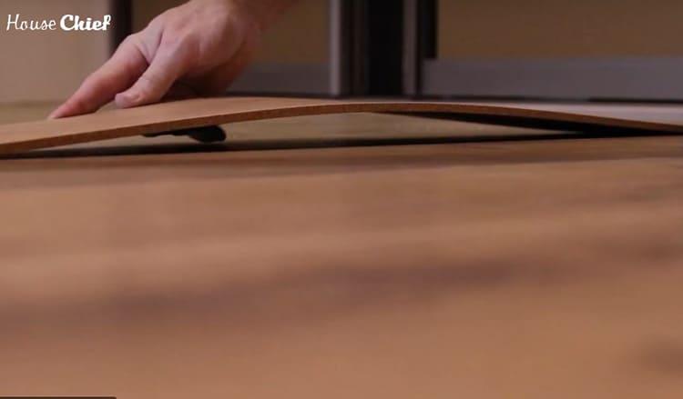 Пробка клеится встык, нужно аккуратно прикладывать элементы, чтобы не было видно швов.