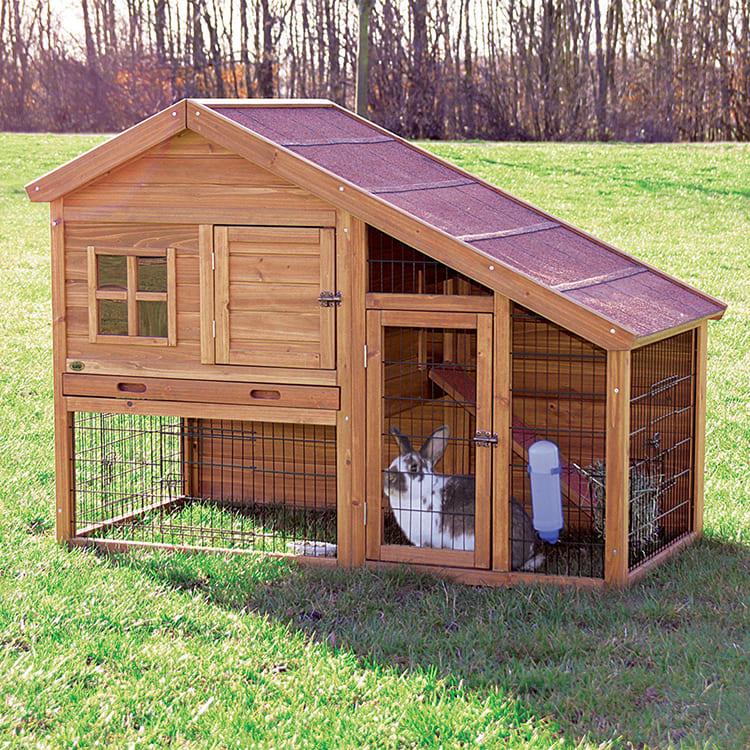 Кормушки и поилки нужно оборудовать так, чтобы кролик мог быстро к ним приспособиться