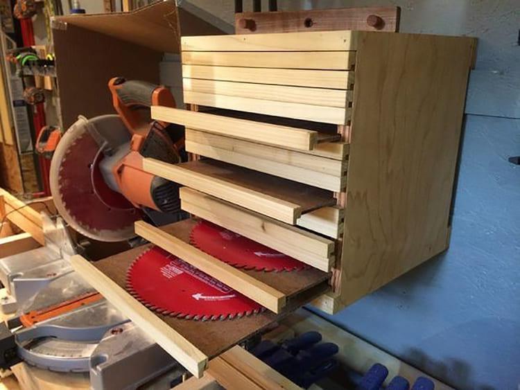ФОТО: Диски помещают в деревянный шкаф с вертикальными или горизонтальными полками или укладывают друг на друга.