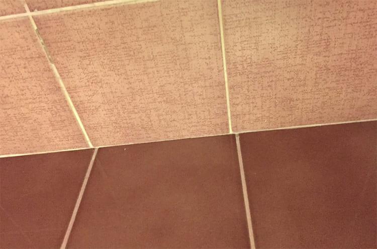 ФОТО: moscow.flamp.ru Стыковка плитки стен и пола со смещением тоже вряд ли понравится заказчику.