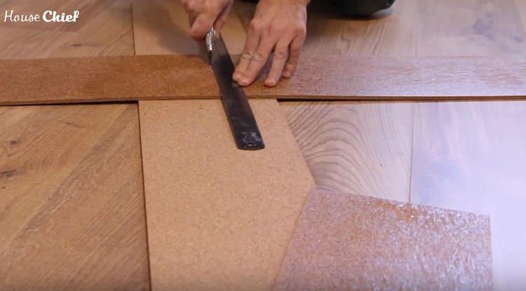 Если нужно подогнать элементы по краям, они легко режутся строительным ножом по линеечке