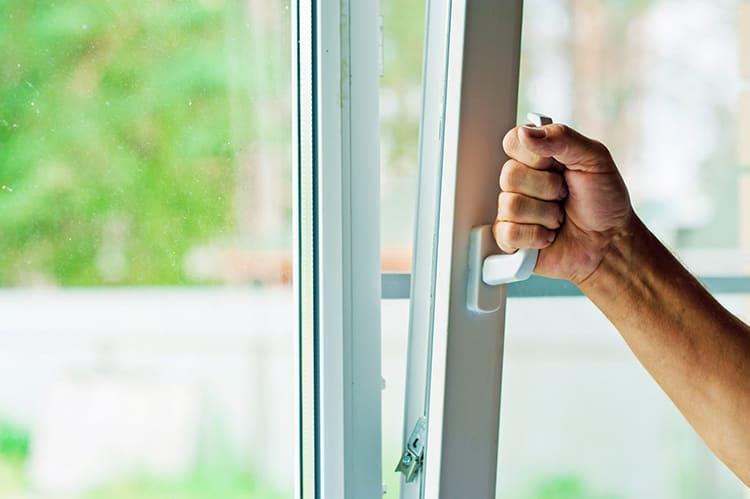 ФОТО: postroika.biz Откройте окна для проветривания, это снизит опасную концентрацию ядовитых паров. Но не забудьте закрыть дверь в комнату, чтобы яд не проникал в другие помещения.