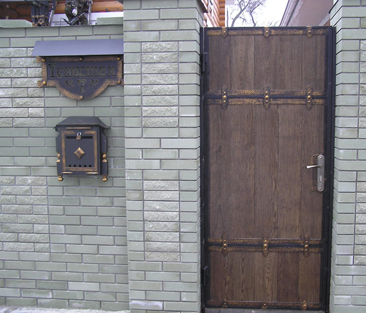 Фото: kovmet.org. Глухая калитка скроет ваш дом от любопытных.