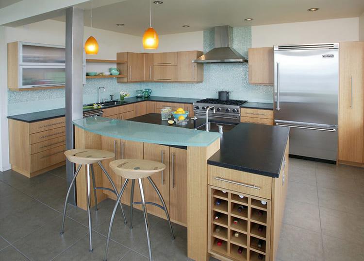 Стеклянные поверхности часто используются в комплектах модерновых гарнитуров ФОТО: 4home.ge