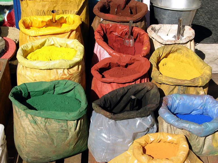Если требуется цветная смесь – в состав вводят пигменты ФОТО: blacklemag.com